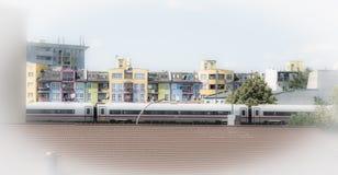 Ζωηρόχρωμο μέτωπο σπιτιών με την κίνηση του intercity τραίνου στο Βερολίνο στοκ εικόνες