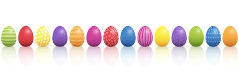 Ζωηρόχρωμο μίγμα αυγών Πάσχας σε μια γραμμή ελεύθερη απεικόνιση δικαιώματος