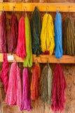 Ζωηρόχρωμο μαλλί προβατοκαμήλου, που ξεραίνει στον τοίχο, Περού στοκ εικόνες