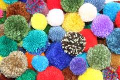 Ζωηρόχρωμο μαλλί pompoms στοκ εικόνες