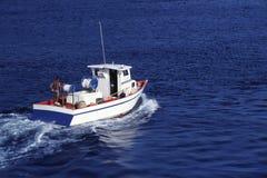 Ζωηρόχρωμο μικρό αλιευτικό σκάφος εν πλω στοκ εικόνα