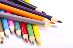Ζωηρόχρωμο μολύβι χρώματος που συσσωρεύεται στο άσπρο ιδανικό υποβάθρου για το πίσω-σχολείο και την έννοια εκπαίδευσης Στοκ εικόνες με δικαίωμα ελεύθερης χρήσης