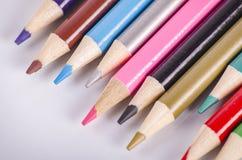 Ζωηρόχρωμο μολύβι χρώματος που συσσωρεύεται στο άσπρο ιδανικό υποβάθρου για το πίσω-σχολείο και την έννοια εκπαίδευσης Στοκ Φωτογραφία