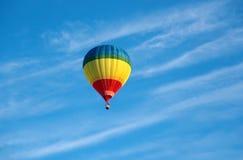 Ζωηρόχρωμο μπαλόνι αέρα στο μπλε ουρανό Στοκ Εικόνες
