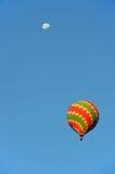 Ζωηρόχρωμο μπαλόνι με το φεγγάρι Στοκ Εικόνες