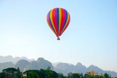 Ζωηρόχρωμο μπαλόνι στον ουρανό Στοκ Εικόνα