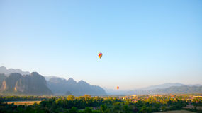 Ζωηρόχρωμο μπαλόνι στον ουρανό Στοκ φωτογραφία με δικαίωμα ελεύθερης χρήσης