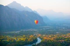 Ζωηρόχρωμο μπαλόνι στον ουρανό Στοκ Εικόνες