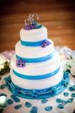 Ζωηρόχρωμο μπλε και πορφυρό γαμήλιο κέικ με τον ασημένιο γαμήλιο άριστο στοκ εικόνες με δικαίωμα ελεύθερης χρήσης