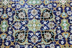 Ζωηρόχρωμο μωσαϊκό και κεραμικά κεραμίδια στο παραδοσιακό περσικό ύφος στον τάφο τοίχων Sheikh Safi Al-DIN, Ardabil, Ιράν στοκ εικόνα με δικαίωμα ελεύθερης χρήσης