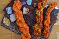 Ζωηρόχρωμο νήμα μαλλιού για το πλέξιμο στοκ εικόνα με δικαίωμα ελεύθερης χρήσης