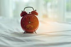 Ζωηρόχρωμο ξυπνητήρι το πρωί στοκ φωτογραφίες