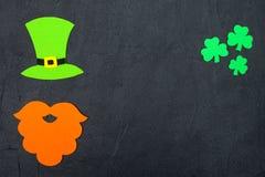 Ζωηρόχρωμο οριζόντιο έμβλημα θέματος ημέρας του ST Πάτρικ ` s Πράσινα φύλλα καπέλων, γενειάδων και τριφυλλιών leprechaun στο μαύρ Στοκ Εικόνες