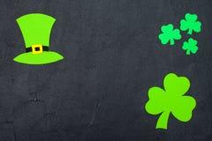 Ζωηρόχρωμο οριζόντιο έμβλημα θέματος ημέρας του ST Πάτρικ ` s Πράσινα φύλλα καπέλων και τριφυλλιών leprechaun στο μαύρο υπόβαθρο  Στοκ φωτογραφία με δικαίωμα ελεύθερης χρήσης