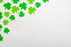 Ζωηρόχρωμο οριζόντιο έμβλημα θέματος ημέρας του ST Πάτρικ ` s Πράσινα φύλλα τριφυλλιών στο άσπρο ξύλινο υπόβαθρο Αισθητά στοιχεία Στοκ φωτογραφία με δικαίωμα ελεύθερης χρήσης