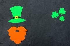 Ζωηρόχρωμο οριζόντιο έμβλημα θέματος ημέρας του ST Πάτρικ ` s Πράσινα φύλλα καπέλων, γενειάδων και τριφυλλιών leprechaun στο μαύρ Στοκ φωτογραφίες με δικαίωμα ελεύθερης χρήσης