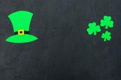 Ζωηρόχρωμο οριζόντιο έμβλημα θέματος ημέρας του ST Πάτρικ ` s Πράσινα φύλλα καπέλων και τριφυλλιών leprechaun στο μαύρο υπόβαθρο  Στοκ εικόνα με δικαίωμα ελεύθερης χρήσης
