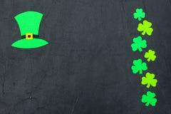 Ζωηρόχρωμο οριζόντιο έμβλημα θέματος ημέρας του ST Πάτρικ ` s Πράσινα φύλλα καπέλων και τριφυλλιών leprechaun στο μαύρο υπόβαθρο  Στοκ φωτογραφίες με δικαίωμα ελεύθερης χρήσης