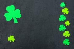 Ζωηρόχρωμο οριζόντιο έμβλημα θέματος ημέρας του ST Πάτρικ ` s Πράσινα φύλλα τριφυλλιών στο μαύρο υπόβαθρο Αισθητά στοιχεία τεχνών Στοκ Εικόνες