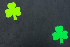 Ζωηρόχρωμο οριζόντιο έμβλημα θέματος ημέρας του ST Πάτρικ ` s Πράσινα φύλλα τριφυλλιών στο μαύρο υπόβαθρο Αισθητά στοιχεία τεχνών Στοκ φωτογραφίες με δικαίωμα ελεύθερης χρήσης