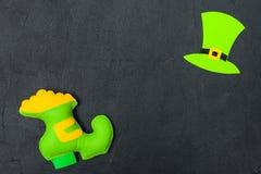 Ζωηρόχρωμο οριζόντιο έμβλημα θέματος ημέρας του ST Πάτρικ ` s Πράσινο καπέλο leprechaun, και παπούτσι με το χρυσό στο μαύρο υπόβα Στοκ Εικόνες