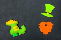 Ζωηρόχρωμο οριζόντιο έμβλημα θέματος ημέρας του ST Πάτρικ ` s Πράσινο καπέλο, γενειάδα και παπούτσι leprechaun με το χρυσό στο μα Στοκ φωτογραφία με δικαίωμα ελεύθερης χρήσης