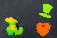 Ζωηρόχρωμο οριζόντιο έμβλημα θέματος ημέρας του ST Πάτρικ ` s Πράσινο καπέλο, γενειάδα και παπούτσι leprechaun με το χρυσό στο μα Στοκ Εικόνες