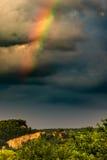 Ζωηρόχρωμο ουράνιο τόξο μπροστά από τα σκοτεινά σύννεφα στοκ εικόνα με δικαίωμα ελεύθερης χρήσης