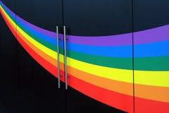 Ζωηρόχρωμο ουράνιο τόξο που χρωματίζεται στο μαύρο τοίχο Στοκ φωτογραφία με δικαίωμα ελεύθερης χρήσης