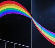 Ζωηρόχρωμο ουράνιο τόξο που χρωματίζεται στο μαύρο τοίχο Στοκ εικόνα με δικαίωμα ελεύθερης χρήσης