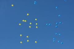 Ζωηρόχρωμο πέταγμα μπαλονιών υψηλό στον ουρανό Στοκ εικόνα με δικαίωμα ελεύθερης χρήσης