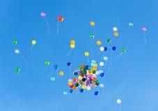 ζωηρόχρωμο πέταγμα μπαλονιών Στοκ Εικόνες