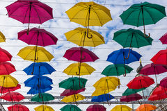 Ζωηρόχρωμο πέταγμα ομπρελών οδών Στοκ Φωτογραφίες