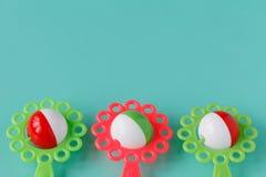 Ζωηρόχρωμο παιχνίδι μωρών κουδουνισμάτων που απομονώνεται στο μπλε υπόβαθρο Στοκ εικόνες με δικαίωμα ελεύθερης χρήσης