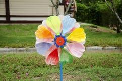 Ζωηρόχρωμο παιχνίδι pinwheel και ανεμόμυλων στοκ φωτογραφία με δικαίωμα ελεύθερης χρήσης