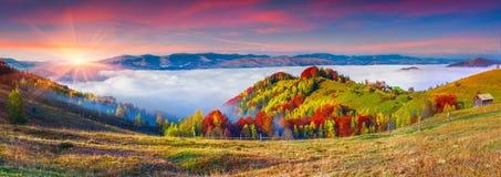 Ζωηρόχρωμο πανόραμα φθινοπώρου των βουνών Στοκ Εικόνα