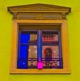 Ζωηρόχρωμο παράθυρο με την αντανάκλαση Στοκ φωτογραφία με δικαίωμα ελεύθερης χρήσης