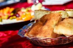 Ζωηρόχρωμο πιάτο που αντιπροσωπεύει το φρέσκο μαροκινό ψωμί Στοκ Εικόνες