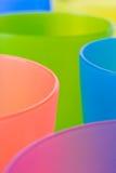 ζωηρόχρωμο πλαστικό φλυτζανιών Στοκ Φωτογραφία