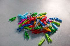 Ζωηρόχρωμο πλαστικό Clothespins, γόμφοι ενδυμάτων, συλλογή Clothespins, υπόβαθρο και σύσταση διεσπαρμένου Clothespins στοκ εικόνες