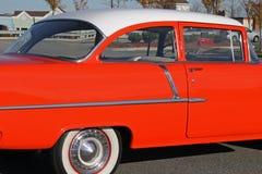 Ζωηρόχρωμο πορτοκαλί αυτοκίνητο δεκαετίας του '50 στοκ εικόνες με δικαίωμα ελεύθερης χρήσης
