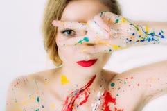 Ζωηρόχρωμο πορτρέτο γυναικών με τα δάχτυλα κοντά στα μάτια στο χρώμα Στοκ Εικόνες