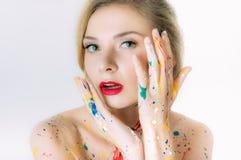 Ζωηρόχρωμο πορτρέτο γυναικών με τα χέρια κοντά στο κεφάλι με τα κόκκινα χείλια Στοκ εικόνα με δικαίωμα ελεύθερης χρήσης