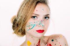 Ζωηρόχρωμο πορτρέτο της νέας γυναίκας στο χρώμα με τα κόκκινα χείλια Στοκ Φωτογραφία
