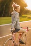 Ζωηρόχρωμο, προσαρμοσμένο ποδήλατο και μοντέρνο κορίτσι με τα dreadlocks Στοκ φωτογραφίες με δικαίωμα ελεύθερης χρήσης