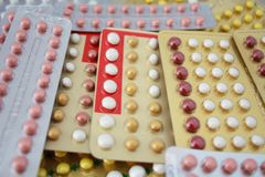 Ζωηρόχρωμο προφορικό αντισυλληπτικό χάπι Στοκ φωτογραφία με δικαίωμα ελεύθερης χρήσης