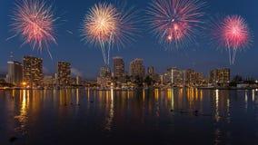 Ζωηρόχρωμο πυροτέχνημα πέρα από τον ορίζοντα Χαβάη της Χονολουλού Στοκ Φωτογραφίες