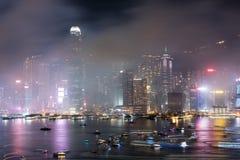 Ζωηρόχρωμο πυροτέχνημα Χονγκ Κονγκ στο λιμάνι Βικτώριας στοκ εικόνα