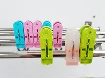 Ζωηρόχρωμο πλαστικό clothespin/γόμφοι ενδυμάτων στις σειρές Στοκ Φωτογραφία