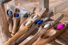 Ζωηρόχρωμο ράβοντας νήμα σε έναν ξύλινο σωλήνα Στοκ φωτογραφία με δικαίωμα ελεύθερης χρήσης